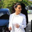Kim Kardashian fait le plein de sa voiture avec style à Miami. Le 15 octobre 2012.