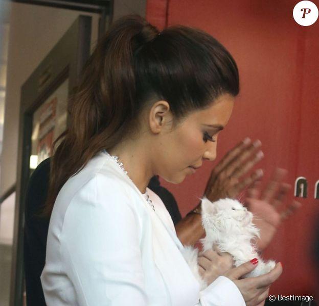 Kim Kardashian emmène son chat Mercy au Orange Grooming pour une petite séance beauté. Miami, le 15 octobre 2012.