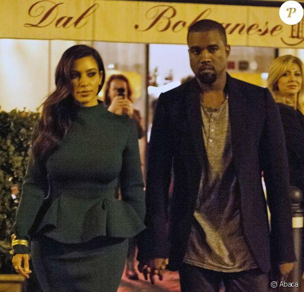 Kim Kardashian et Kanye West, main dans la main à la sortie du restaurant Dal Bolognese à Rome. Le 18 octobre 2012.