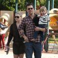 Ali Larter, son mari Hayes MacArthur et leur fils Theodore dans un parc de Los Angeles 21 octobre 2012.