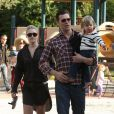 Ali Larter fait profiter du parc à son fils Theodore en compagnie de Hayes MacArthur à Los Angeles 21 octobre 2012.