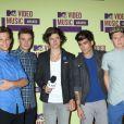 Les One Direction (Los Angeles, en septembre 2012) sont les 5es plus riches célébrités britanniques de moins de 30 ans selon le magazine britannique  Heat,  avec26 millions de livres sterling perçus en 2011.