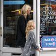 Kate Moss et sa fille Lila, complices pour aller chercher des DVD à Londres le 23 octobre 2012