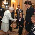 La reine Elizabeth II d'Angleterre félicite Eleanor Simmonds lors d'une réception donnée à Buckingham Palace le 23 octobre 2012 en l'honneur des médaillés olympiques et paralympiques des Jeux olympiques de Londres