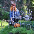 Rumer Willis surprise dans son jardin préparant son jardin pour la fête d'Halloween le 23 octobre 2012