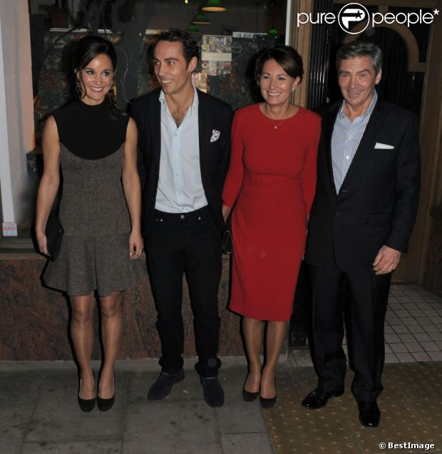 Pippa Middleton en Stella McCartney avec son frère James et ses parents Carole et Michael lors du lancement de son livre  Celebrate: A Year Of Festivities for Family and Friends  chez Daunt Books dans Fulham à Londres le 25 octobre 2012.