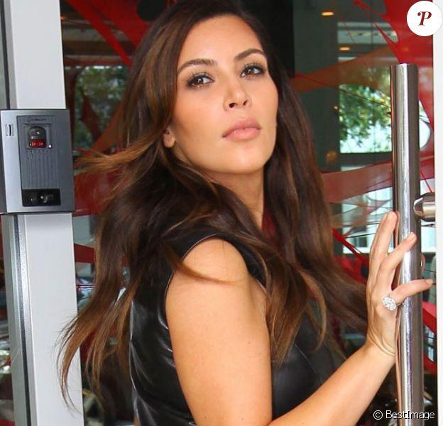 Kim Kardashian à Miami a exhibé un énorme solitaire dont l'anneau est serti de diamants. Le 24 octobre 2012