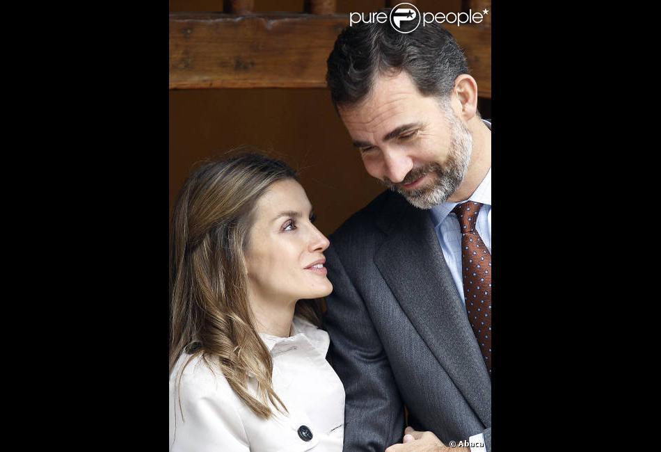 Letizia et Felipe d'Espagne, amoureux, visitent la ville de Bueno aux Asturies, le 27 octobre 2012