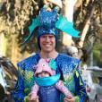 Alexis Denisof et son bébé dans les rues de Brentwood, à Los Angeles, le 31 octobre 2012.