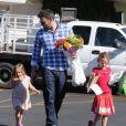 Ben Affleck passe le dimanche dans un marché fermier avec ses filles Violet et Seraphina, le 4 novembre 2012.