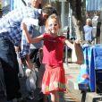 Violet, 6 ans, pose devant les photographes au marché fermier à Pacific Palisades, le 4 novembre 2012.