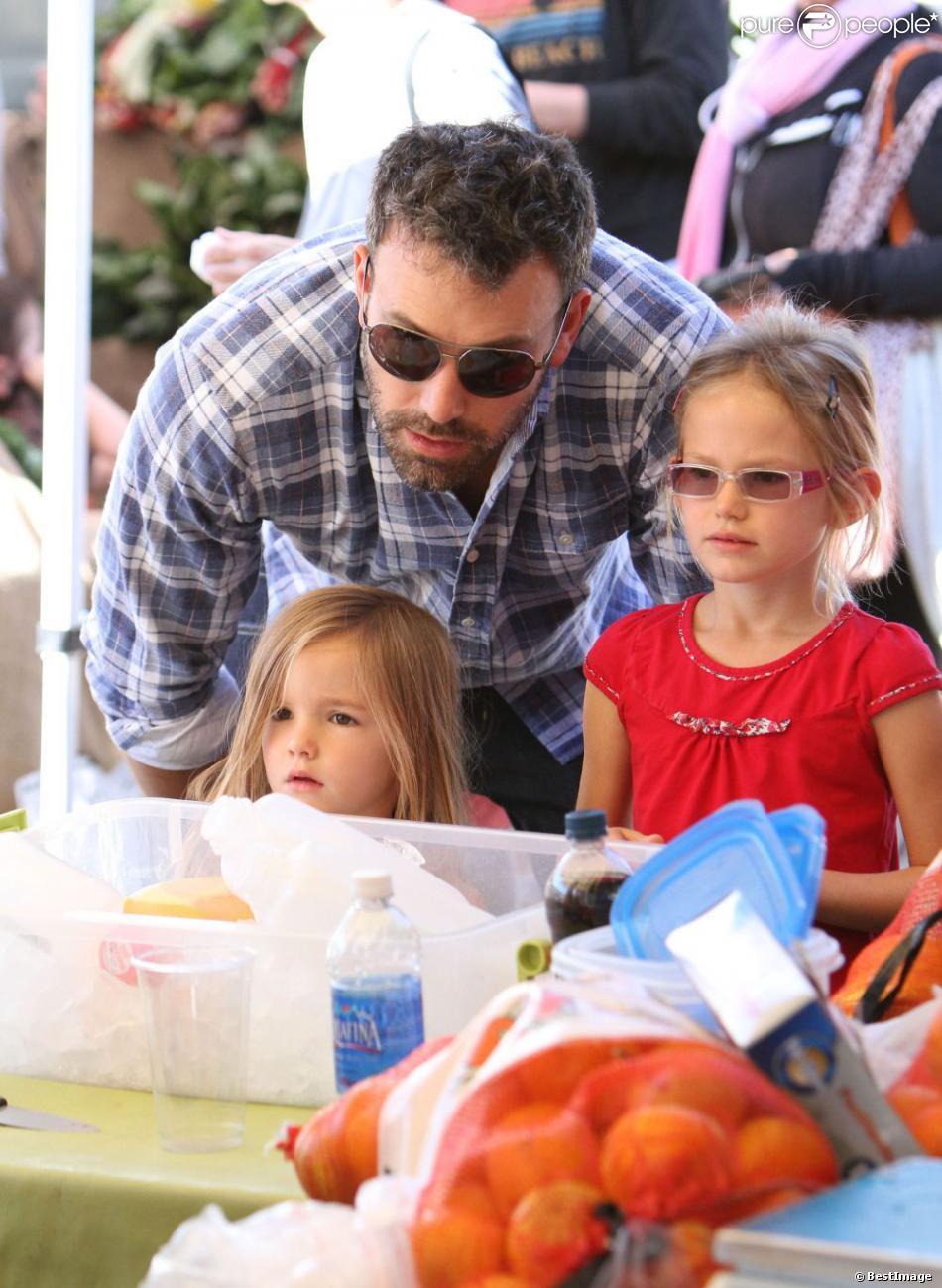Ben Affleck très proche de ses filles Violet et Seraphina au marché fermier à Pacific Palisades, le 4 novembre 2012.