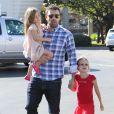 Ben Affleck porte la petite Seraphina, 3 ans, dans ses bras et tient par la main Violet.