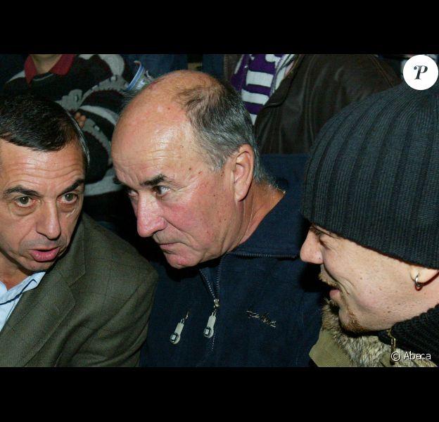 Max Obispo, père du chanteur Pascal Obispo, auprès de son fils durant un match des Girondins de Bordeaux au stade Chaban Delmas à Bordeaux le 18 octobre 2003. Max est décédé à 73 ans le 5 novembre 2012