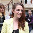 Kristen Stewart, égérie de Balenciaga stylée au défilé printemps-été 2013 de la marque à Paris, le 27 septembre 2012.