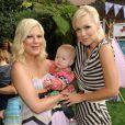 Tori Spelling et Jennie Garth posent avec la petite Hattie à Los Angeles le 18 octobre 2012.