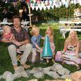 Tori Spelling entourée de son mari Dean McDemortt et ses enfants Hattie, Liam et Stella à Los Angeles le 18 octobre 2012.