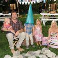 Tori Spelling avec son mari Dean McDemortt et ses enfants Hattie, Liam et Stella à Los Angeles le 18 octobre 2012.