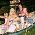 Tori Spelling s'amuse avec son mari Dean McDemortt et ses enfants Hattie, Liam et Stella à Los Angeles le 18 octobre 2012.