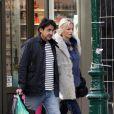 Adriana Karembeu et André Ohanian en amoureux dans les rues de Paris le 24 septembre 2012.
