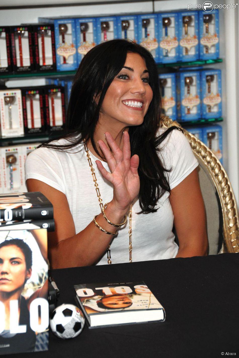 Hope Solo signe son autobiographie à la Sugar Factory du Paris Hotel & Casino de Las Vegas le 28 septembre 2012