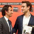 Alexandre Bompard, le président de la FNAC, remet le prix Goncourt des lycéens à Joël Dicker pour  La  Vérité  sur l'affaire Harry   Quebert , le 15 novembre 2012.