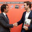 Alexandre Bompard, le président de la FNAC, remet le prix Goncourt des lycéens à Joël Dicker  , le 15 novembre 2012.