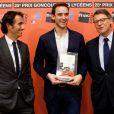 Alexandre Bompard et Vincent Peillon, le ministre de l'Education, remettent le prix Goncourt des lycéens à Joël Dicker, le 15 novembre 2012.