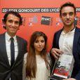 Alexandre Bompard, le président de la FNAC, remet le prix Goncourt des lycéens à Joël Dicker   aux côtés d'une jurée, le 15 novembre 2012.