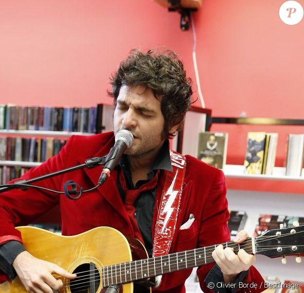 Matthieu Chedid chante lors de l'hommage à Andrée Chedid, décédée le 6 février 2011, qui donne son nom à la bibliothèque Beaugrenelle à Paris, le 19 novembre 2012.