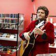 Matthieu Chedid et sa guitare lors de l'hommage à Andrée Chedid, décédée le 6 février 2011, qui donne son nom à la bibliothèque Beaugrenelle à Paris, le 19 novembre 2012.