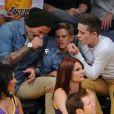 David Beckham et ses fils Romeo et Brooklyn assistent au match entre les Los Angeles Lakers et les Phoenix Suns au Staples Center. Los Angeles, le 16 novembre 2012.