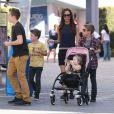Victoria Beckham et ses enfants Brooklyn, Romeo, Cruz et Harper se promènent a Universal City, le 4 novembre 2012.
