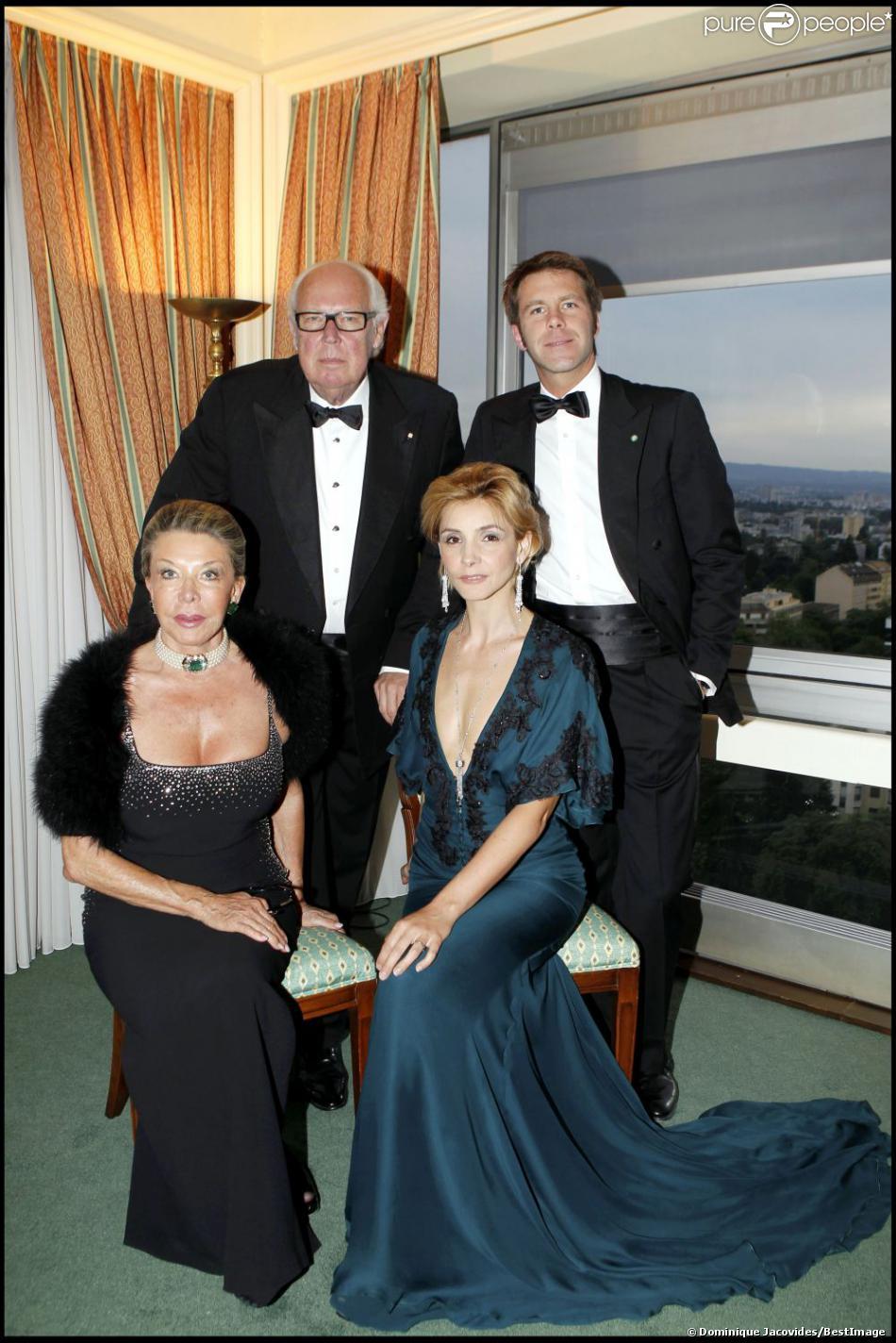 Le prince Victor-Emmanuel de Savoie avec son fils le prince Emmanuel-Philibert, sa femme la princesse Marina et sa belle-fille la princesse Clotilde en mai 2010 à l'Intercontinental de Genève pour un dîner de gala.