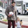 Ben Affleck emmène ses deux filles Violet et Seraphina en compagnie de sa mère chez le dentiste, le 27 novembre 2012 à Los Angeles - Quand maman n'est pas là, il prend le relais