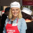 Malin Akerman distribue des repas aux SDF de Los Angeles le 21 novembre 2012.