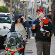 Neve Campbell : Promenade sous la pluie avec son fils Caspian