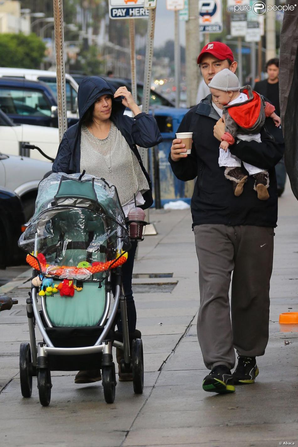 Neve Campbell et l'acteur J.J. Feild de sortie avec le petit Caspian dans les rues de Los Angeles le 2 décembre 2012.