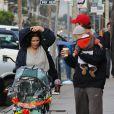 Neve Campbell et son compagnon l'acteur J.J. Feild de sortie sous la pluie avec le petit Caspian dans les rues de Los Angeles le 2 décembre 2012.