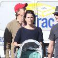Neve Campbell, son compagnon J.J. Feild et leur fils Caspian se promènent à Los Angeles, le 21 novembre 2012.