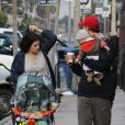 Neve Campbell et l'acteur J.J. Feild de sortie avec leur fils Caspian dans les rues de Los Angeles le 2 décembre 2012.