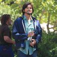 Ashton Kutcher profite du beau temps sur le tournage de son prochain long-métrage, consacré à Steve Jobs, le 18 juin 2012.