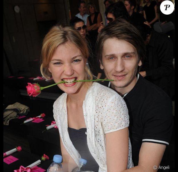 Stanislas Merhar présente officiellement sa fiancée Mona Walravens