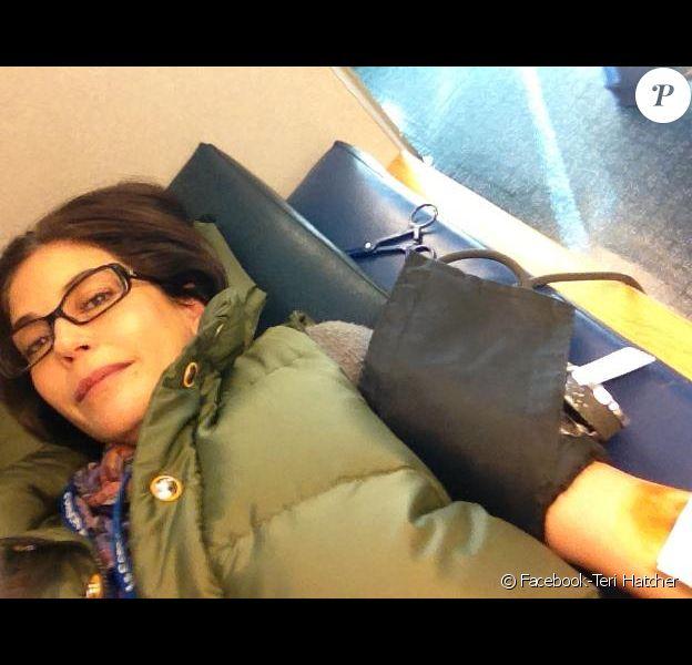 Teri Hatcher a posté des photos d'elle sur son compte Facebook pour sensibiliser les gens au don du sang, le jeudi 6 décembre 2012.