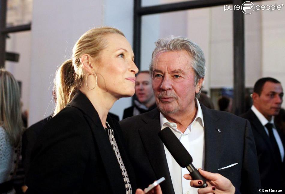 Estelle Lefébure et Alain Delon à Paris le 3 décembre 2012 lors de la vente aux enchères des Frimousses de créateurs au profit de l'UNICEF au Petit Palais