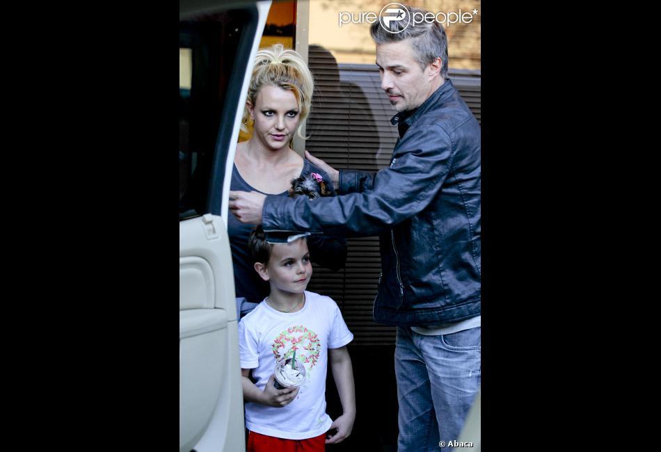 Britney Spears arrivant à la California Music Academy avec son fiancé Jason Trawick et ses deux enfants, Sean Preston et Jayden James, à Los Angeles le 8 décembre 2012.
