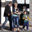 Britney Spears, maman poule, fait du shopping avec ses enfants Sean Preston et Jayden James dans une animalerie à Los Angeles le 18 Novembre 2012.
