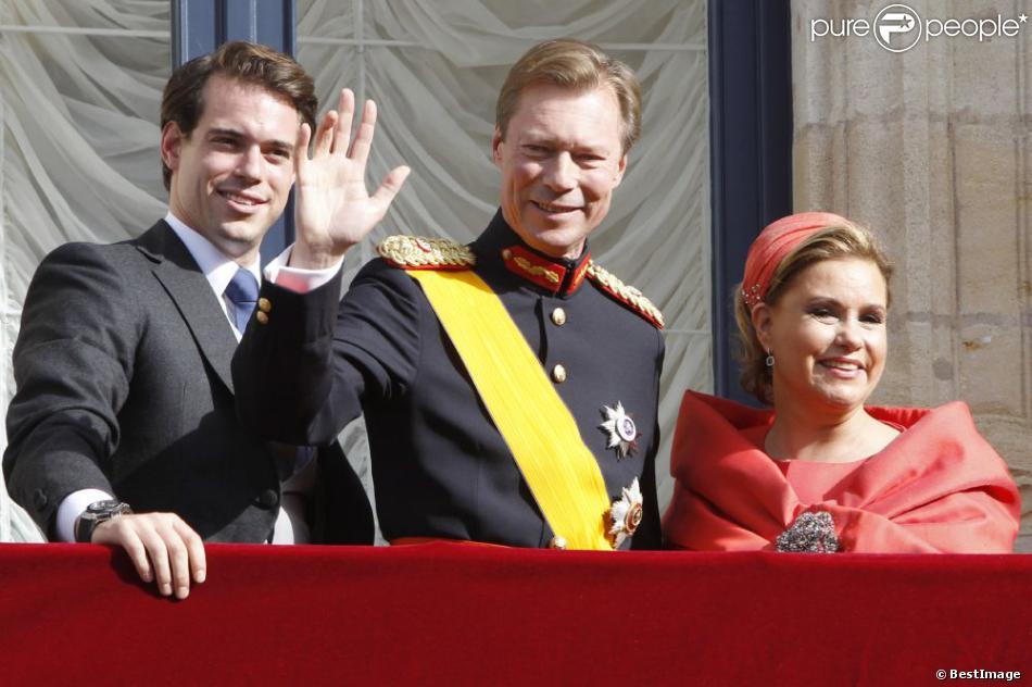 Le prince Félix et ses parents le grand-duc Henri de Luxembourg et la grande-duchesse Maria Teresa au balcon du palais grand-ducal après le mariage religieux du prince Guillaume et de la comtesse Stéphanie de Lannoy, le 20 octobre 2012.