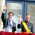 Le prince Félix et son père le grand-duc Henri de Luxembourg au balcon du palais grand-ducal après le mariage religieux du prince Guillaume et de la comtesse Stéphanie de Lannoy, le 20 octobre 2012.