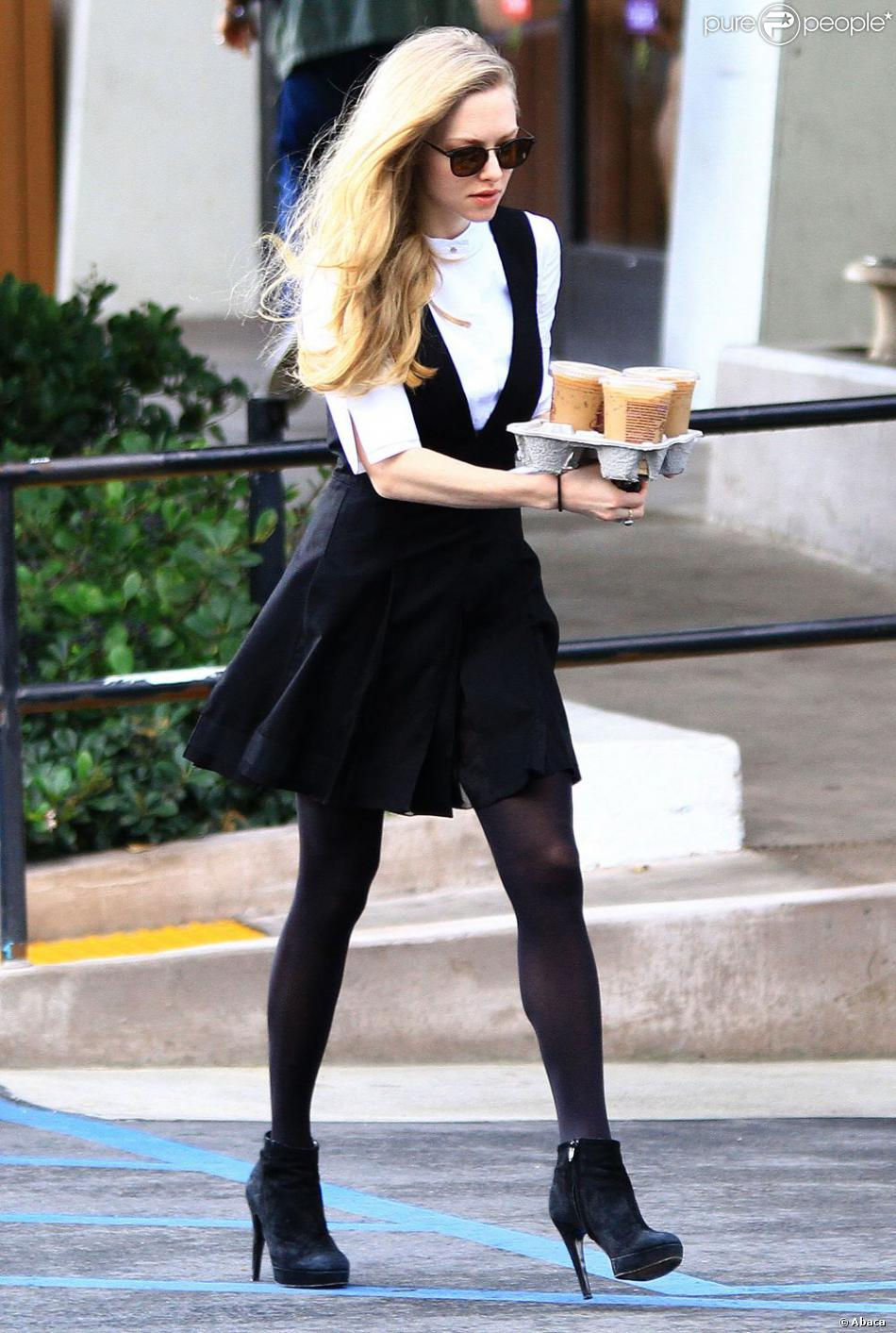 Amanda Seyfried, craquante en preppy girl à Los Angeles. Le 12 décembre 2012.